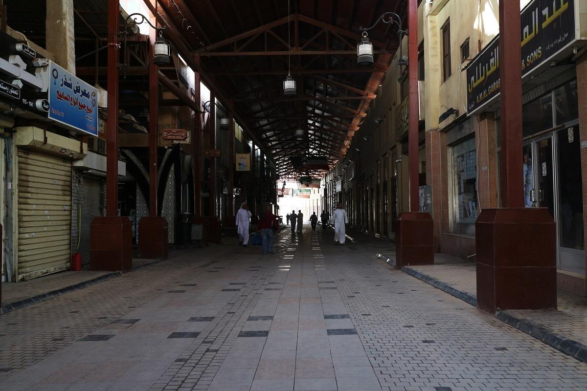 ロックダウン(都市封鎖)で人気のないクウェート市の商店街 Stewart Innes/Shutterstock.com