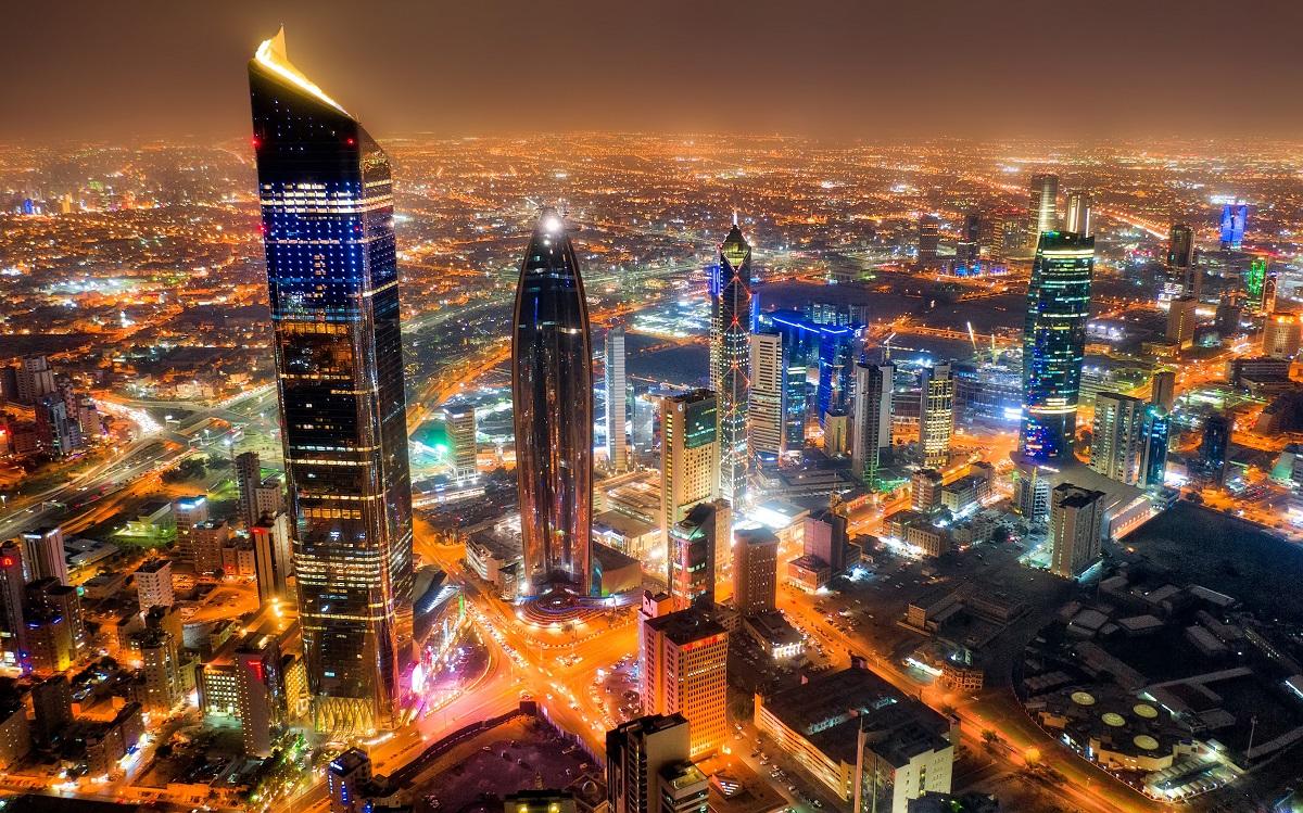 写真・図版 : クウェート市の高層ビル群 Lukas Bischoff Photograph/Shutterstock.com