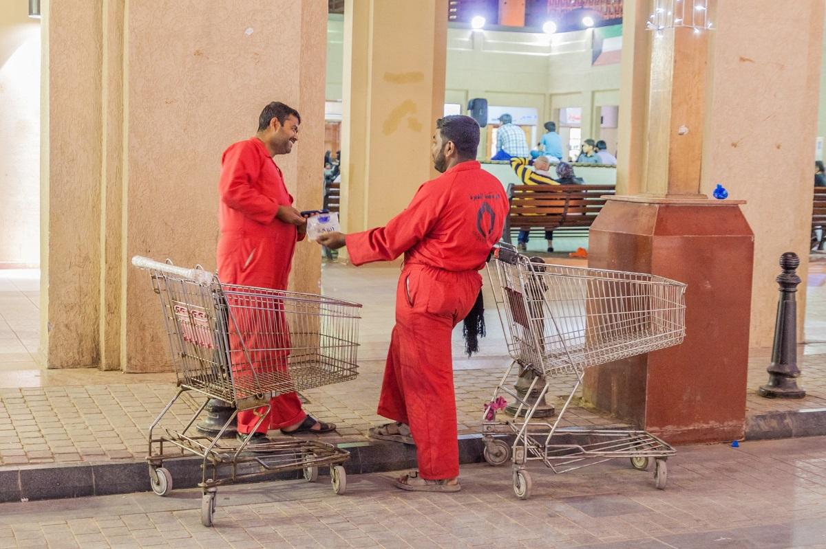 写真・図版 : クウェート市の市場で=2017年 Matyas Rehak/Shutterstock.com