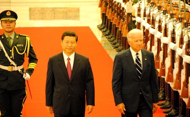 写真・図版 : 北京の人民大会堂で開かれた歓迎式典で、閲兵をするバイデン米副大統領(当時)と中国の習近平国家副主席=2011年8月18日