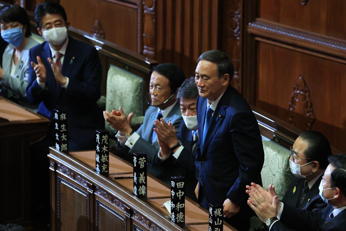 衆院本会議で首相指名を受ける菅義偉・自民党総裁=2020年9月16日、国会内