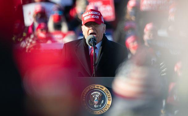 写真・図版 : 選挙集会で演説するトランプ氏=2020年11月2日、ペンシルベニア州