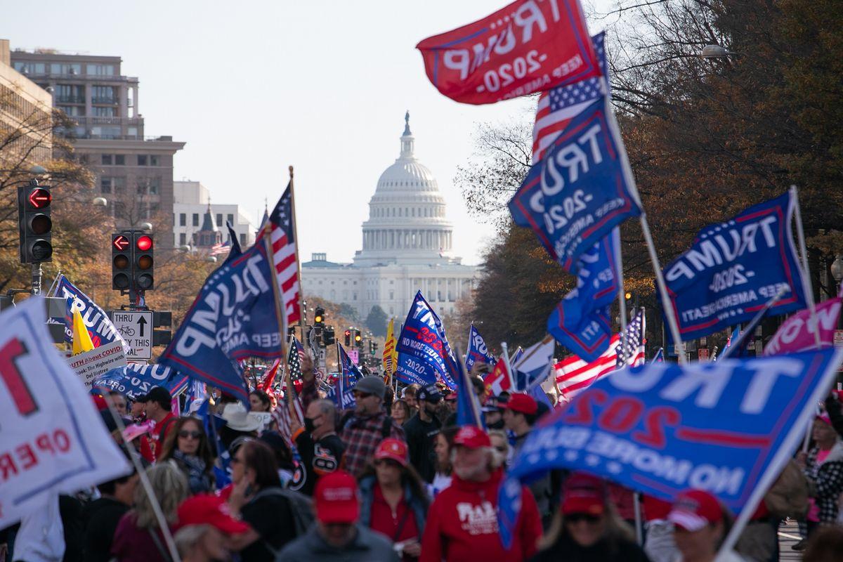写真・図版 : 草の根のトランプ支持は続く、ワシントンでの集会=2020年11月14日、ランハム裕子撮影