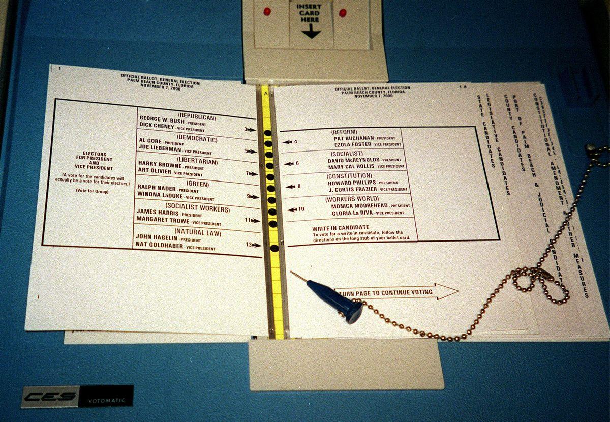 写真・図版 : 2000年の大統領選混乱の元となったパンチ式投票用紙=2002年1月11日、三浦俊章撮影