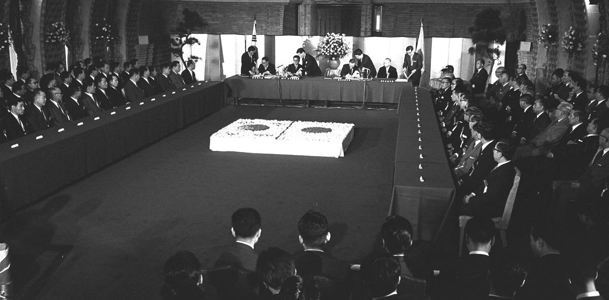 日本、韓国両国間に新しい国交を開くための日韓基本条約や関係協定、議定書の調印式が1965年6月22日、首相官邸
