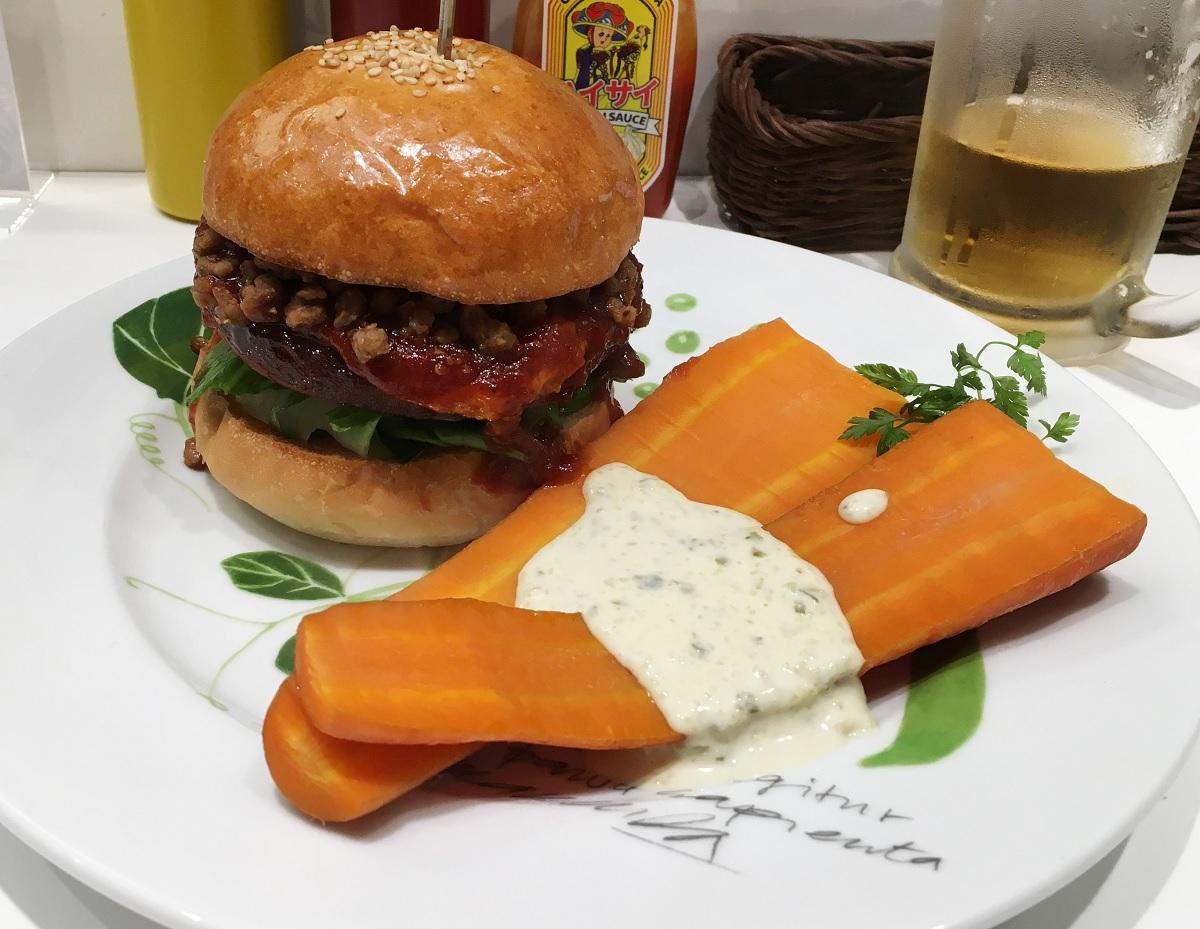 写真・図版 : 植物由来の「肉」だけを使ったハンバーガー