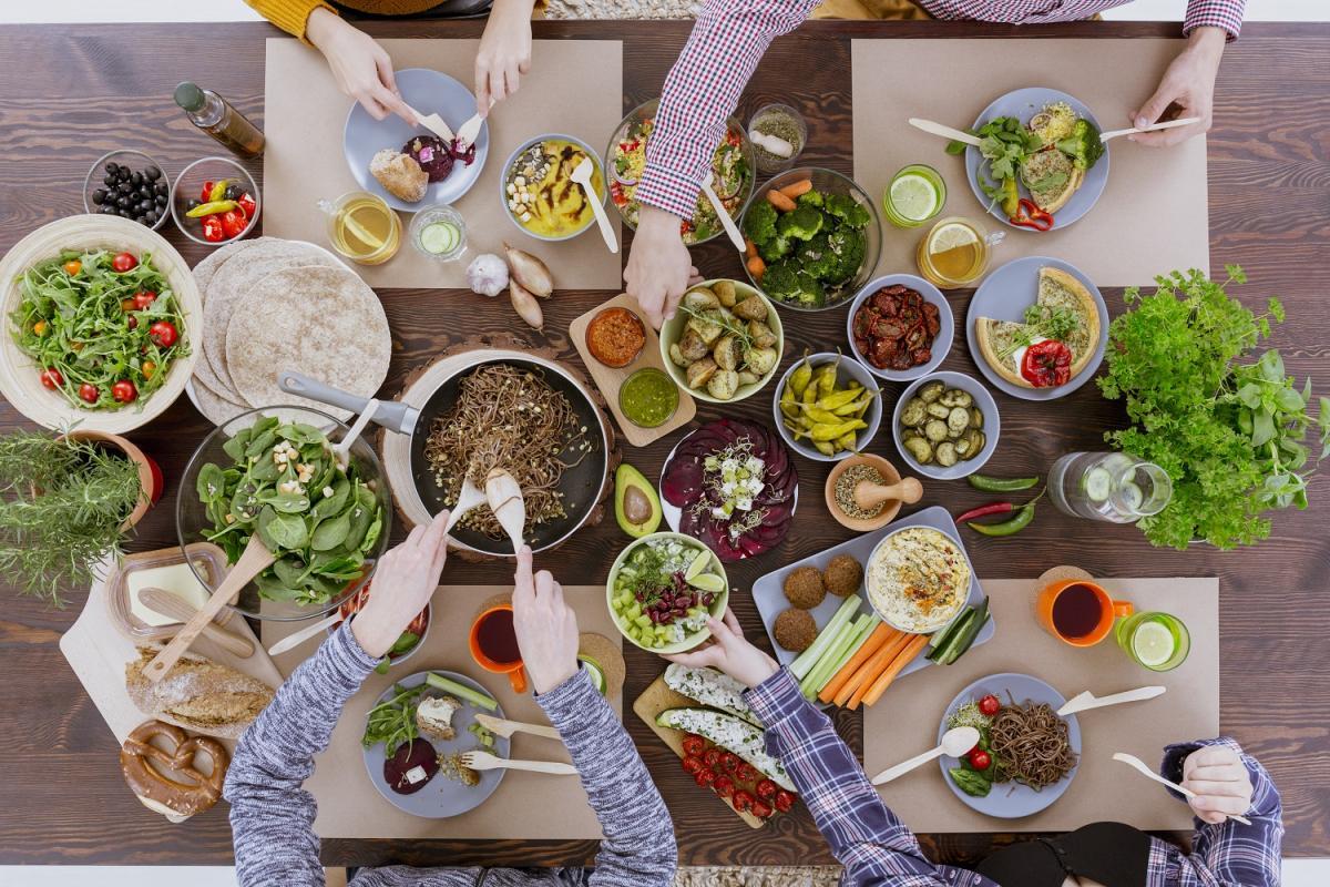 写真・図版 : 菜食主義の食卓=shutterstock/Photographee.eu