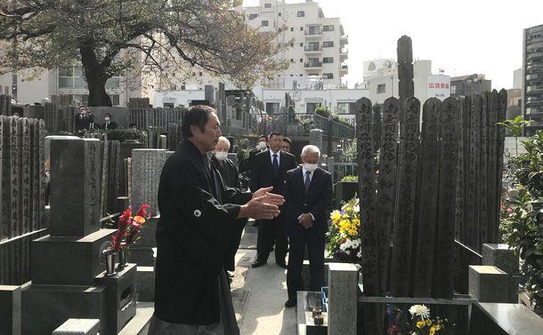 写真・図版 : 東京・青山にある山口二矢の墓には、命日の11月2日、右翼関係者ら約60人が訪れた