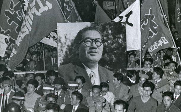 写真・図版 : 浅沼稲次郎社会党委員長の刺殺事件に抗議する集会の後、遺影を先頭に都心をすすむ労組員らのデモ行進=1960年10月13日