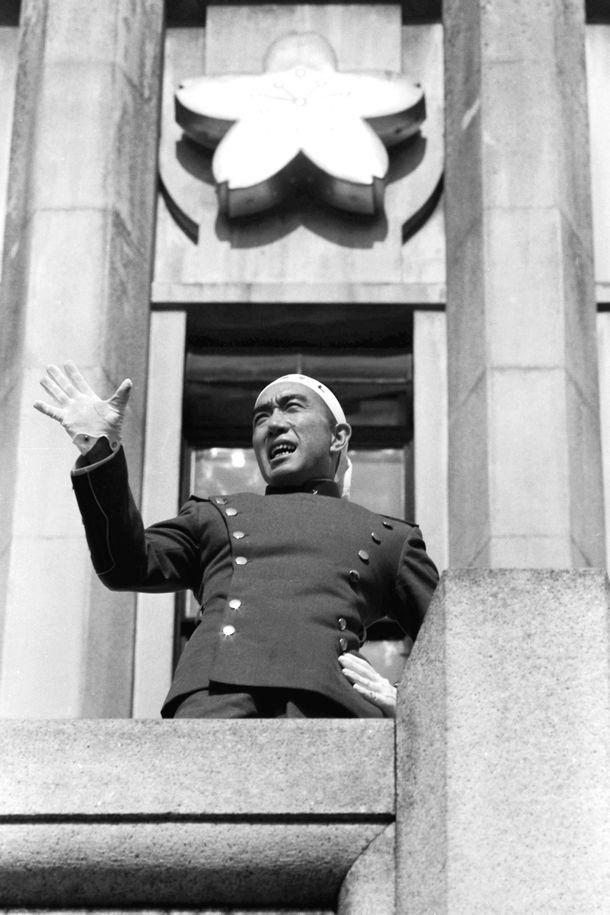 写真・図版 : 自決直前、自衛隊員らを前に憲法改正などを訴える三島由紀夫=1970年11月25日、東京・市ケ谷