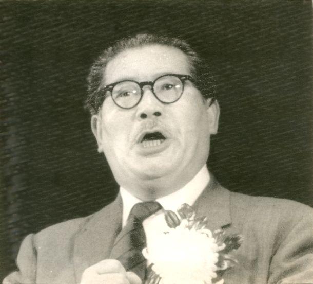 写真・図版 : 日比谷公会堂で行われた自民・社会・民社の三党首公開演説会で演説する浅沼氏。演説途中で刺殺された=1960年10月12日