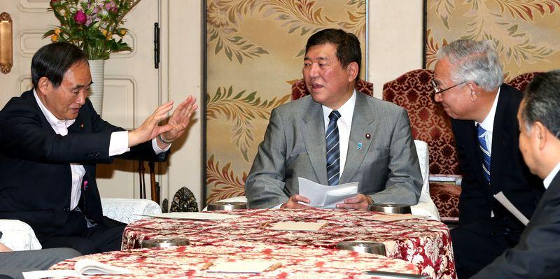 写真・図版 : 石破氏が自民党幹事長だった時は政府与党協議会などで官房長官だった菅義偉氏(左)と頻繁に会っていた=2014年5月19日、国会内
