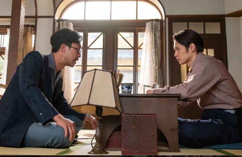 写真・図版 : 北村有起哉(脚本家・池田二郎、左)と窪田正孝(古山裕一)=NHK「エール」の公式サイトより