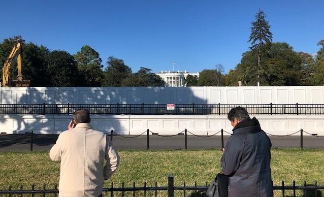 写真・図版 : 南側の公園から見たホワイトハウス=撮影・筆者