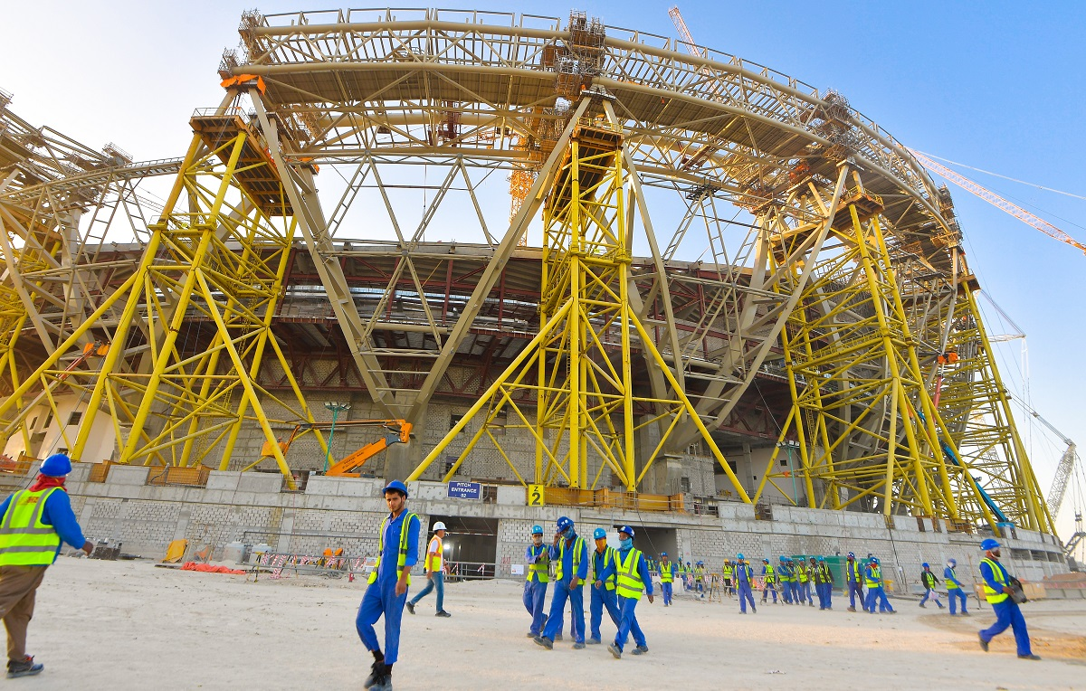 写真・図版 : 新規建設中のルサイル・アイコニック・スタジアム。2022年サッカーW杯カタール大会で決勝がおこなわれる=2020年2月、ドーハ Noushad Thekkayil/Shutterstock.com
