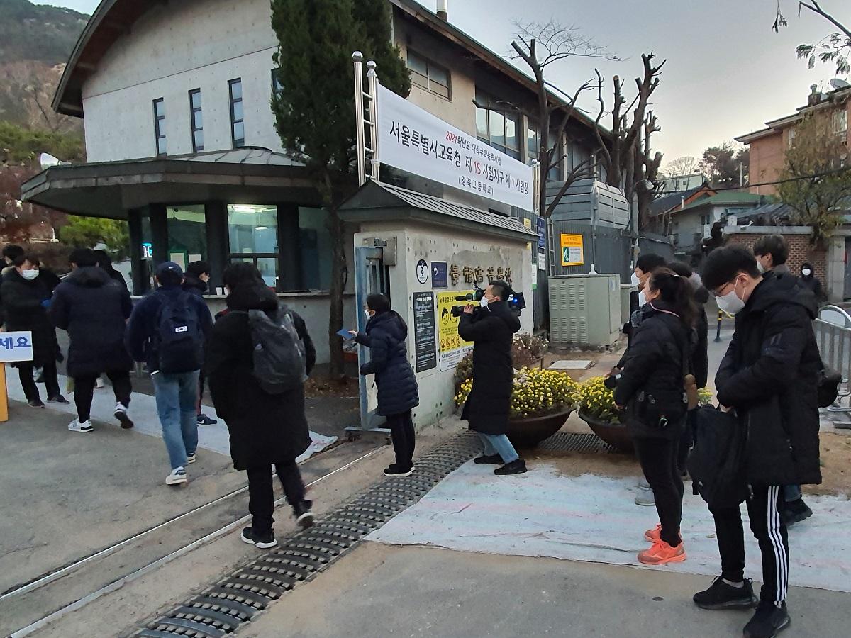 「大学修学能力試験」が行われた2020年12月3日、ソウル市内の試験会場に入るマスク姿の受験生20201203