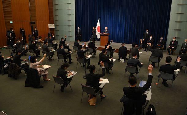 写真・図版 : 菅義偉首相の会見で質問のため挙手する記者たち=2020年12月4日午後6時33分、首相官邸、恵原弘太郎撮影