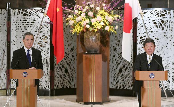 写真・図版 : 共同記者発表に臨む茂木敏充外相(右)と中国の王毅国務委員兼外相=2020年11月24日午後、代表撮影