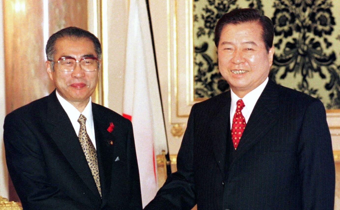 写真・図版 : 韓国大統領として訪日し小渕恵三首相と握手する金大中氏(右)=1998年10月8日  、東京都港区の迎賓館