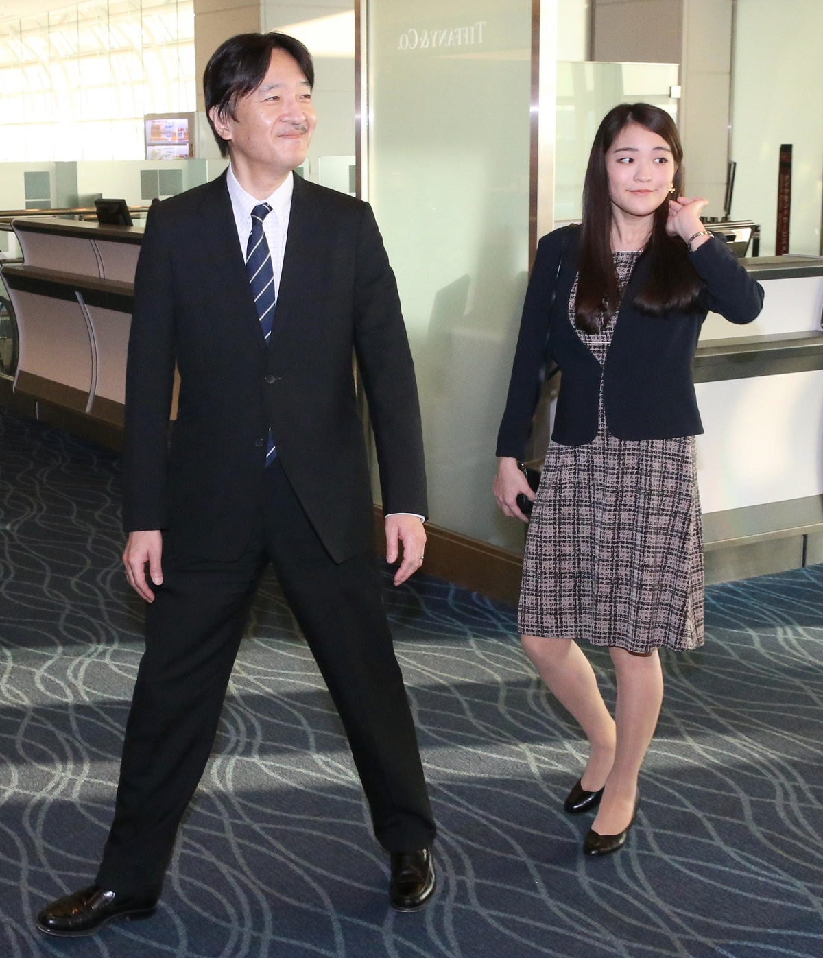 写真・図版 : 2017年8月、ハンガリー旅行から帰国され、羽田空港に到着した秋篠宮さまと眞子さま=代表撮影