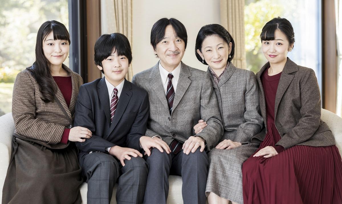 写真・図版 : 秋篠宮ご一家=2020年11月14日、秋篠宮御仮寓所、宮内庁提供