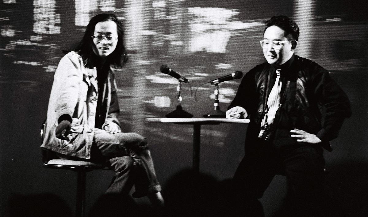 写真・図版 : 林屋こぶ平さん(右)と宅八郎さんとのトークショー=1993年5月11日、東京・銀座で