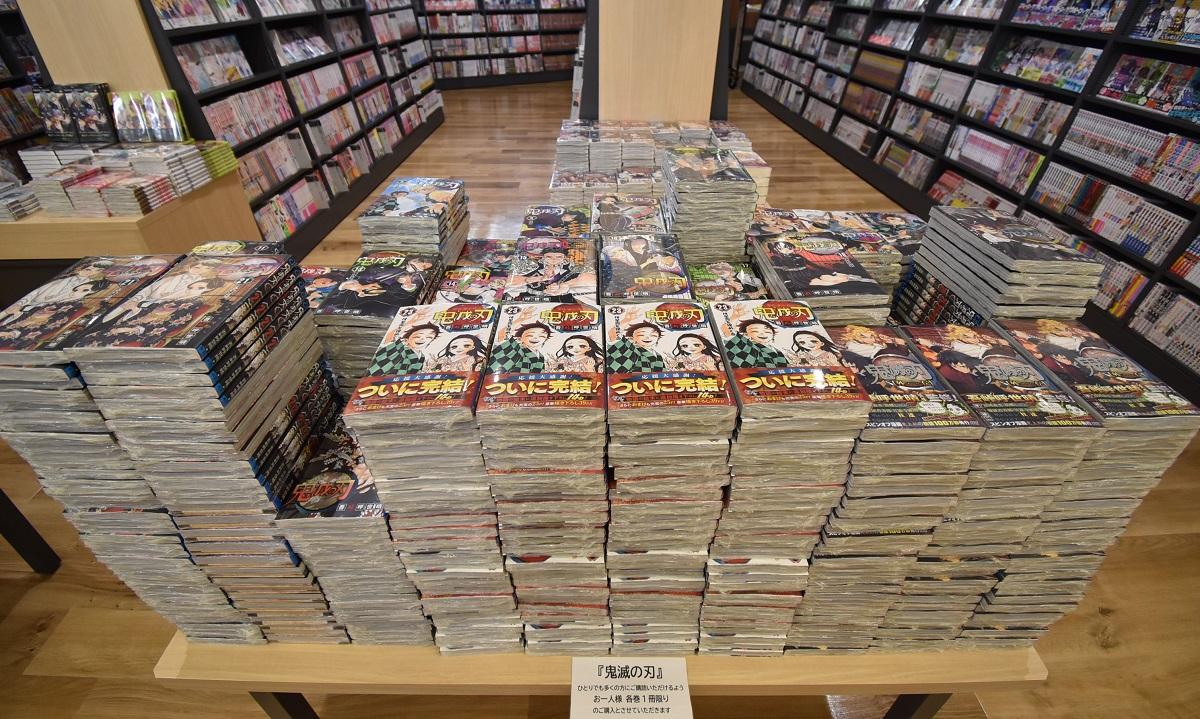 人気作「鬼滅の刃」が高く積まれた、丸善アスナル金山店のコミックコーナー=2020年12月10日午前10時9分、名古屋市中区