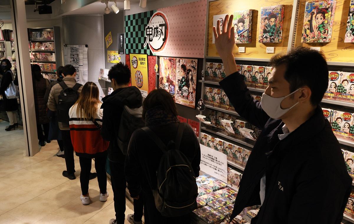 「鬼滅の刃」最終巻などを買い求める客の列が店内を一周していた=2020年12月4日午前10時9分、東京・渋谷駅前のTSUTAYA渋谷店、