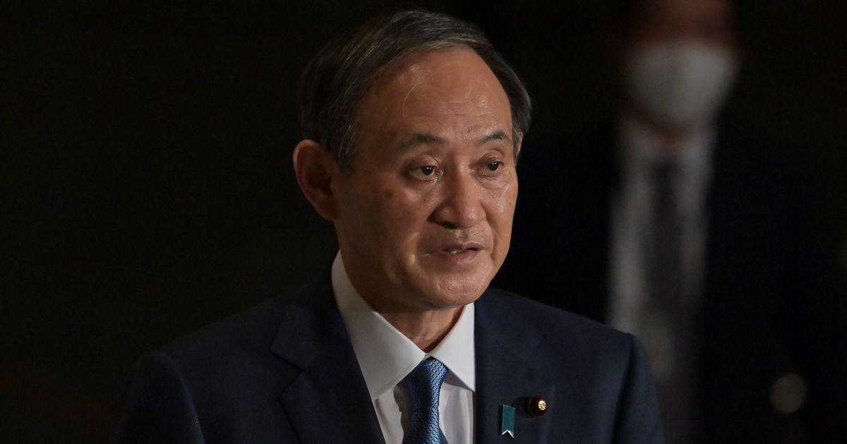 写真・図版 : 会見で記者の会食についての質問に答える菅義偉首相=2020年12月16日午後6時40分、首相官邸