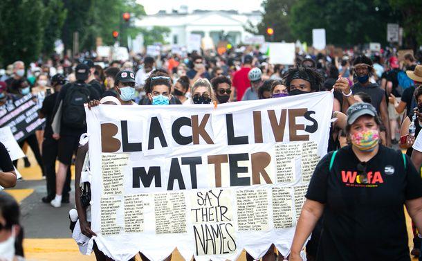 写真・図版 : ホワイトハウス周辺で抗議デモに集まった人たち=2020年6月6日、ワシントン