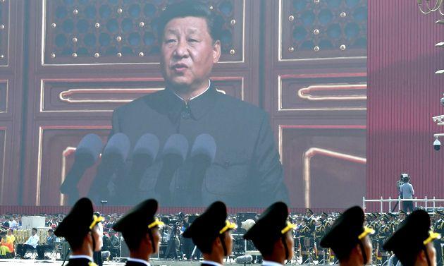 写真・図版 : 中国建国70周年の祝賀式典の冒頭、あいさつする習近平国家主席の姿が映し出された=2019年10月1日、北京