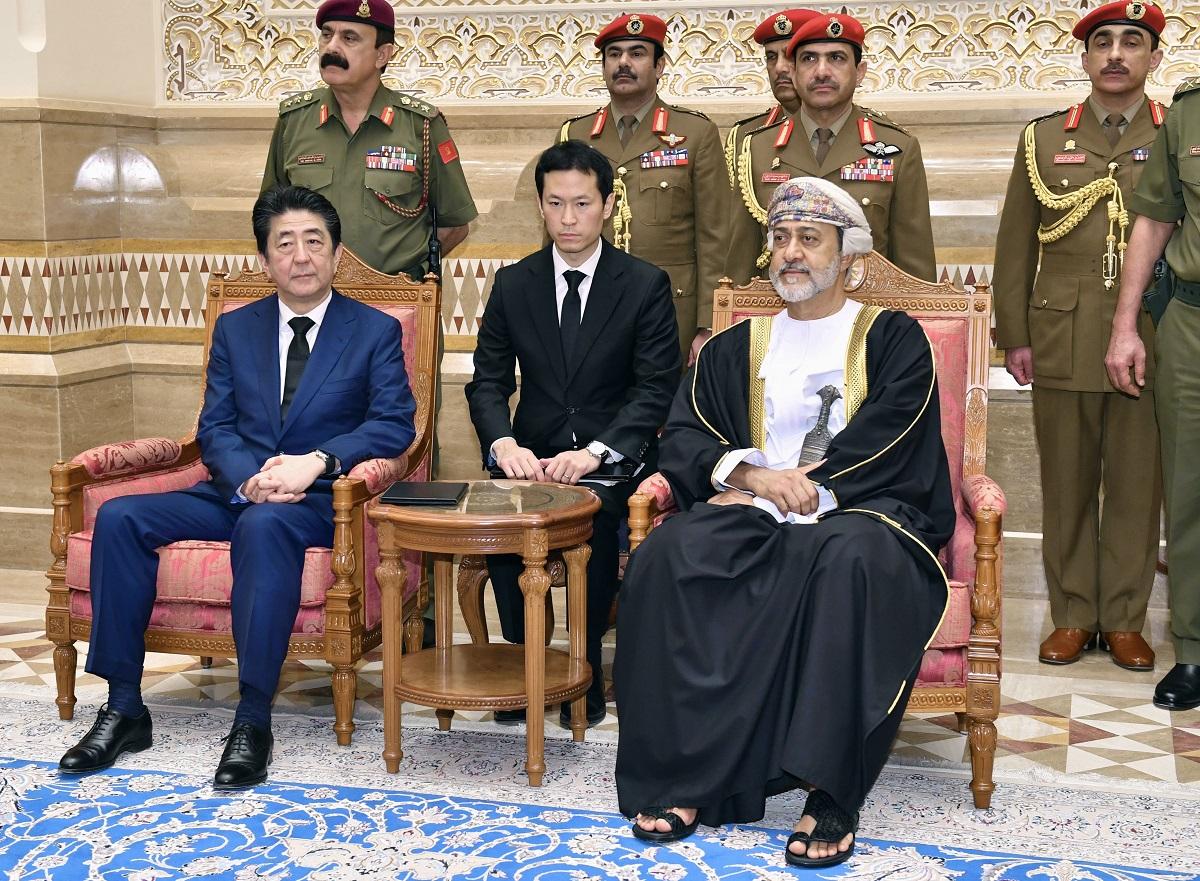 写真・図版 : 安倍晋三首相(当時)と会談したオマーンのハイサム国王(右)=2020年1月14日、マスカット 代表撮影