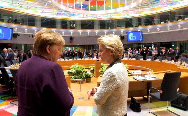 写真・図版 : ドイツのメルケル首相(左)とフォンデアライエン欧州委員長=2020年2月20日、ブリュッセル、欧州連合(EU)提供