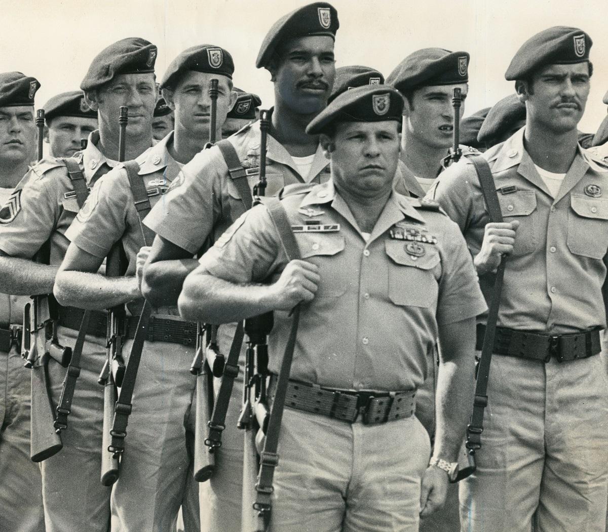 写真・図版 : 沖縄のグリーンベレー部隊=1971年10月、沖縄本島中部・ハンビー飛行場