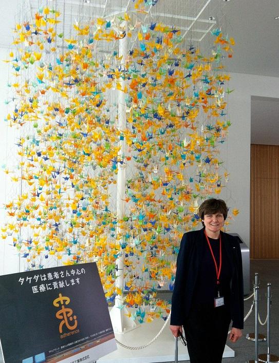 写真・図版 : 2013年に日本の武田薬品工業を訪れたカリコ博士=カリコ博士提供