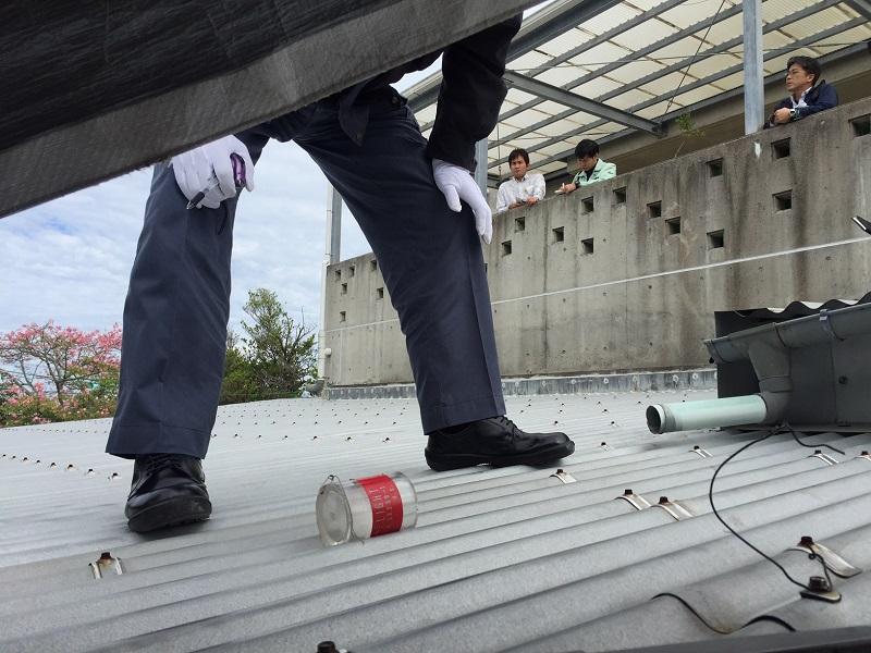 写真・図版 : 保育園の屋根に落ちていた円筒形の部品=2017年12月7日、沖縄県宜野湾市、神谷武宏園長提供