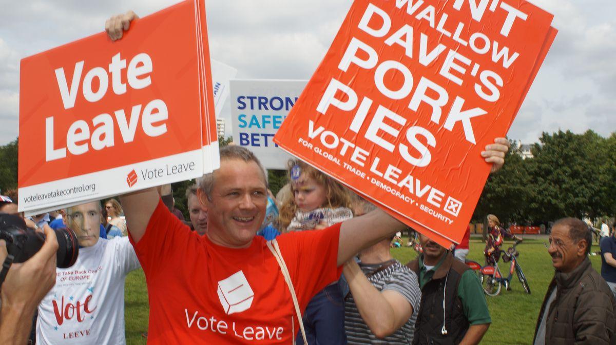 写真・図版 : 「残留支持派」の集会に乱入した「離脱支持派」のロンドン市民。ハイドパークにて、筆者撮影