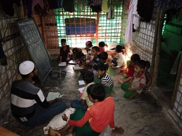 写真・図版 : 難民キャンプで若者たちが開いている学校