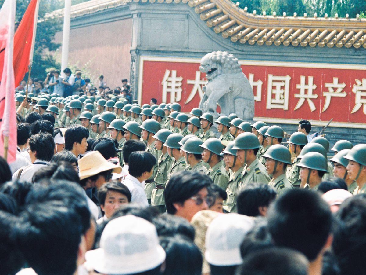 写真・図版 : 1989年6月4日、北京で天安門事件に抗議し、広場に近い中南海・新華門前でデモをする市民ら(左)=朝日新聞社
