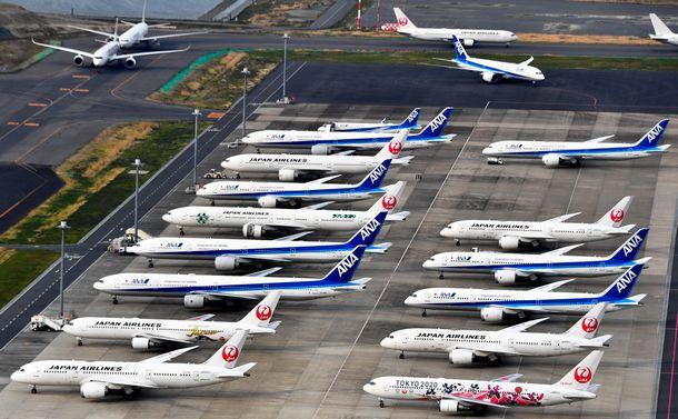 写真・図版 : 新型コロナの影響で旅客需要が激減。羽田空港の駐機場や誘導路に駐機する旅客機=2020年4月15日、東京都大田区、朝日新聞社ヘリから、恵原弘太郎撮影