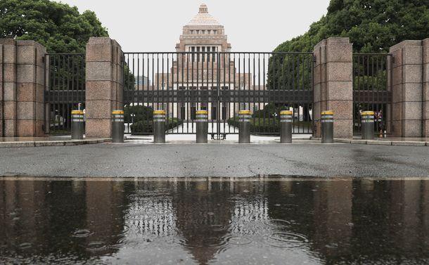 写真・図版 : 衆院解散の朝、雨にぬれる国会議事堂=2017年9月28日、東京・永田町