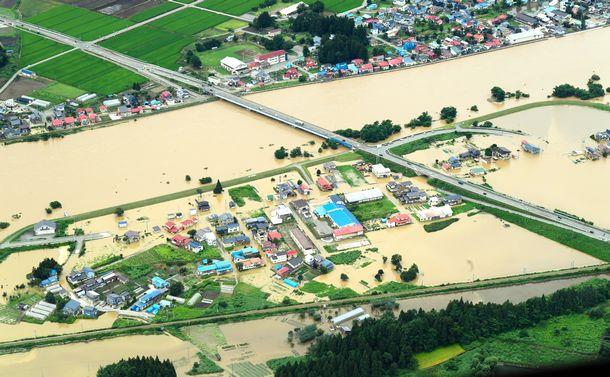 写真・図版 : 最上川が氾濫し、周辺の建物や道路が広域に浸水した=2020年7月29日、山形県大石田町、朝日新聞社機から、伊藤進之介撮影