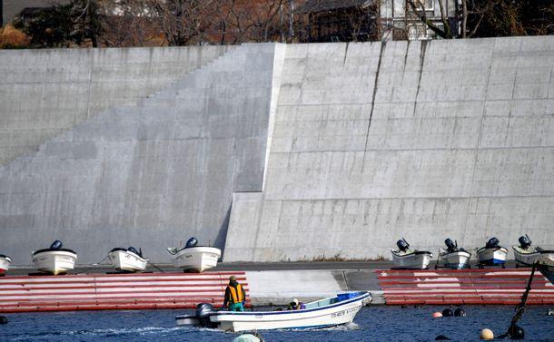 写真・図版 : 12.5mの防潮堤に囲まれた門の浜漁港。数十年から数百年に1度の割合で起こる津波を想定している=2017年12月29日,岩手県大船渡市、福留庸友撮影