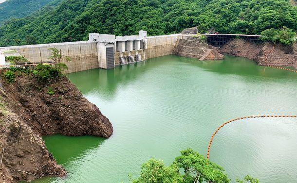 写真・図版 : 利根川の支流である吾妻川に完成した八ツ場ダム。治水対策などを目的とする=2020年7月7日、群馬県長野原町、森岡航平撮影