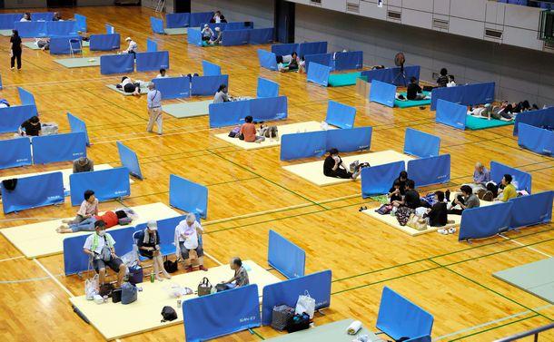 写真・図版 : 豪雨で開設された避難所は、新型コロナウイルス感染防止のため、住民同士が約2mの距離を空けて過ごせるようになっていた=2020年7月4日、熊本県人吉市、遠藤啓性撮影