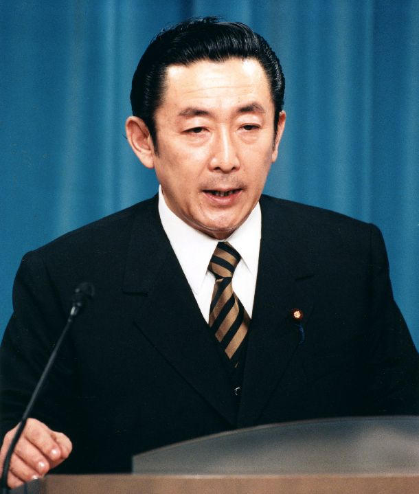 写真・図版 : 首相就任後、初記者会見をする橋本龍太郎首相=1996年1月12日午後、首相官邸