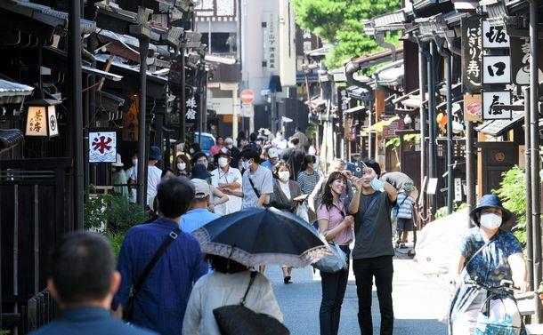 写真・図版 : GO TO トラベルの実施で、賑わいが戻ってきた観光名所の町並み=2020年7月22日、岐阜県高山市、山下周平撮影