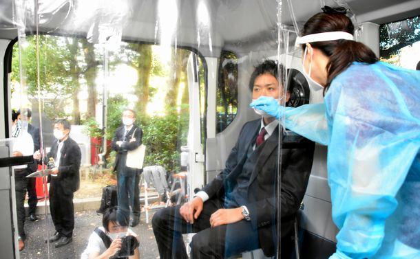 写真・図版 : PCRの検体を採取できる専用バスも登場した=2020年11月19日、名古屋市役所、小林圭撮影