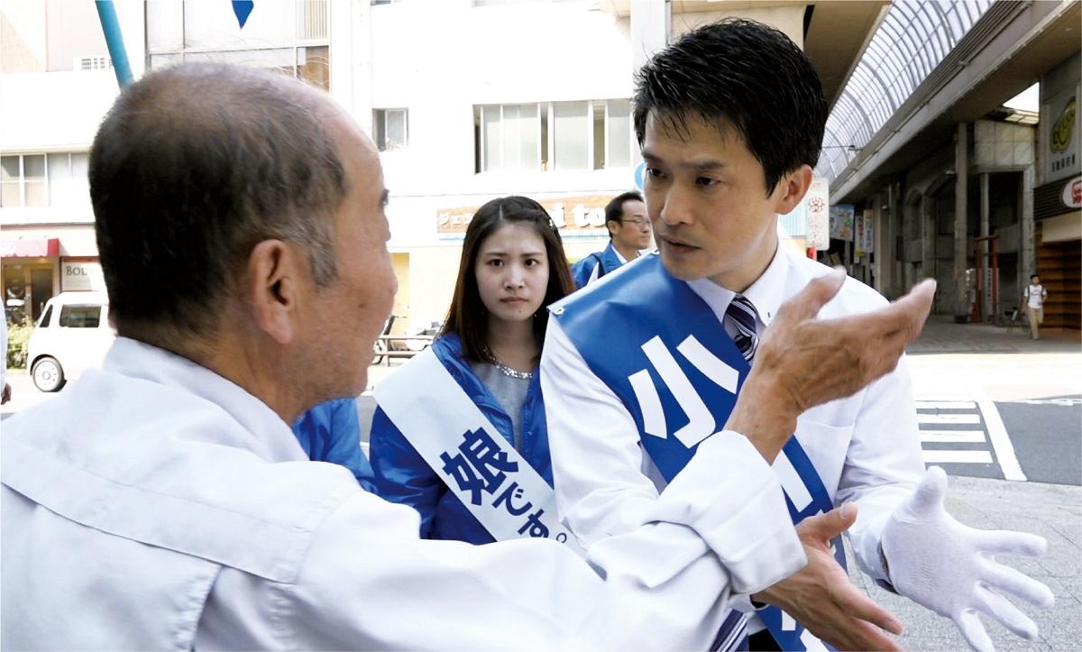 写真・図版 : 2017年の衆院総選挙で有権者と話す小川淳也氏=高松市(映画「なぜ君は総理大臣になれないのか」から)ⓒネツゲン