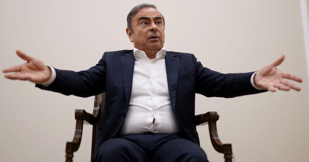 写真・図版 : インタビューに答える日産自動車前会長のカルロス・ゴーン被告=2020年1月10日、レバノン・ベイルート